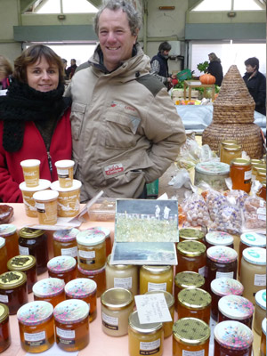 Vendeurs de miel sur le marché de Montbard